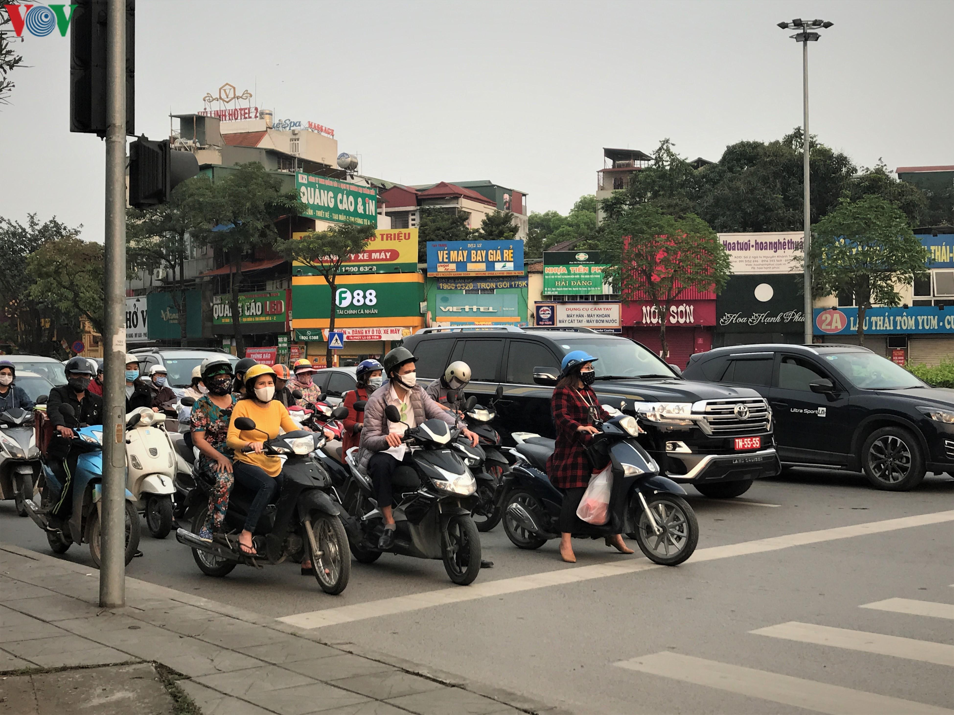 Ngày thứ 9 cách ly xã hội: Người và xe đông chật các ngã tư ở Hà Nội Ảnh 2