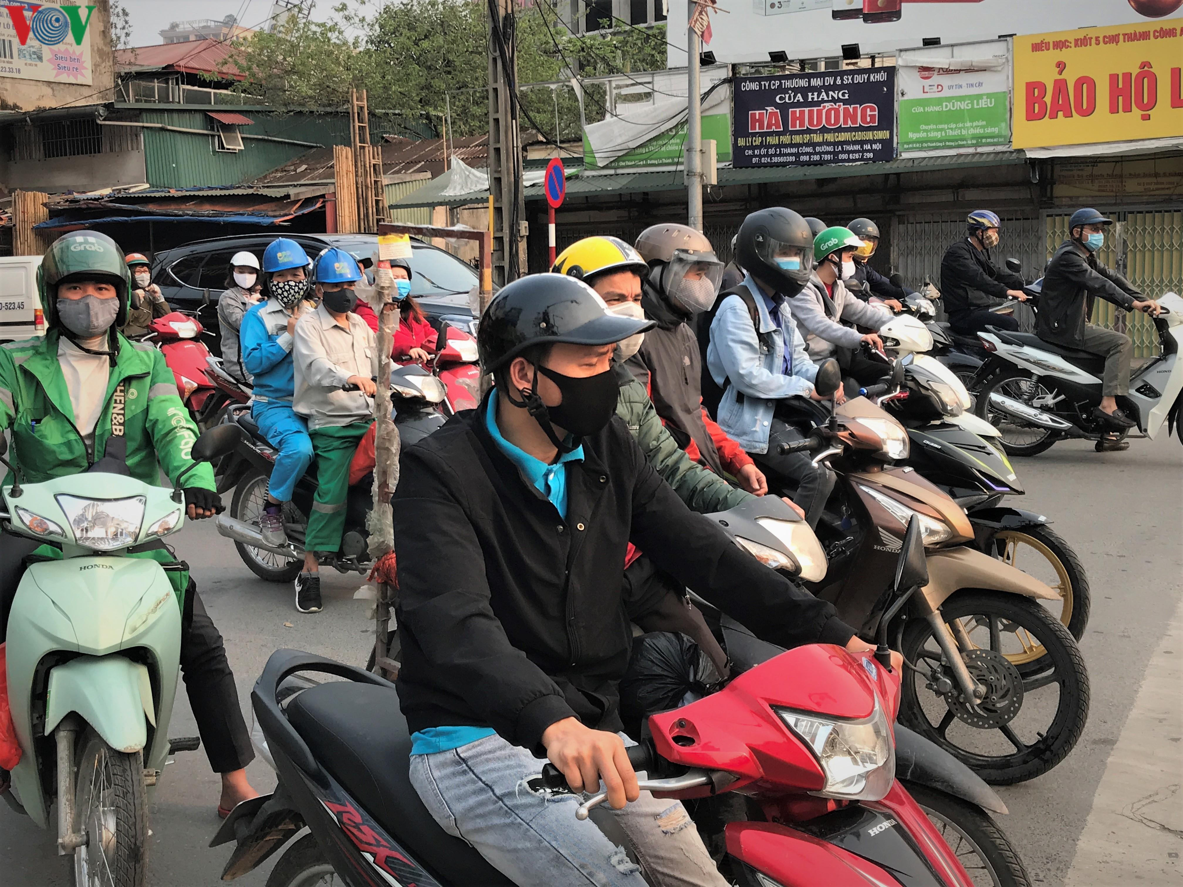 Ngày thứ 9 cách ly xã hội: Người và xe đông chật các ngã tư ở Hà Nội Ảnh 5