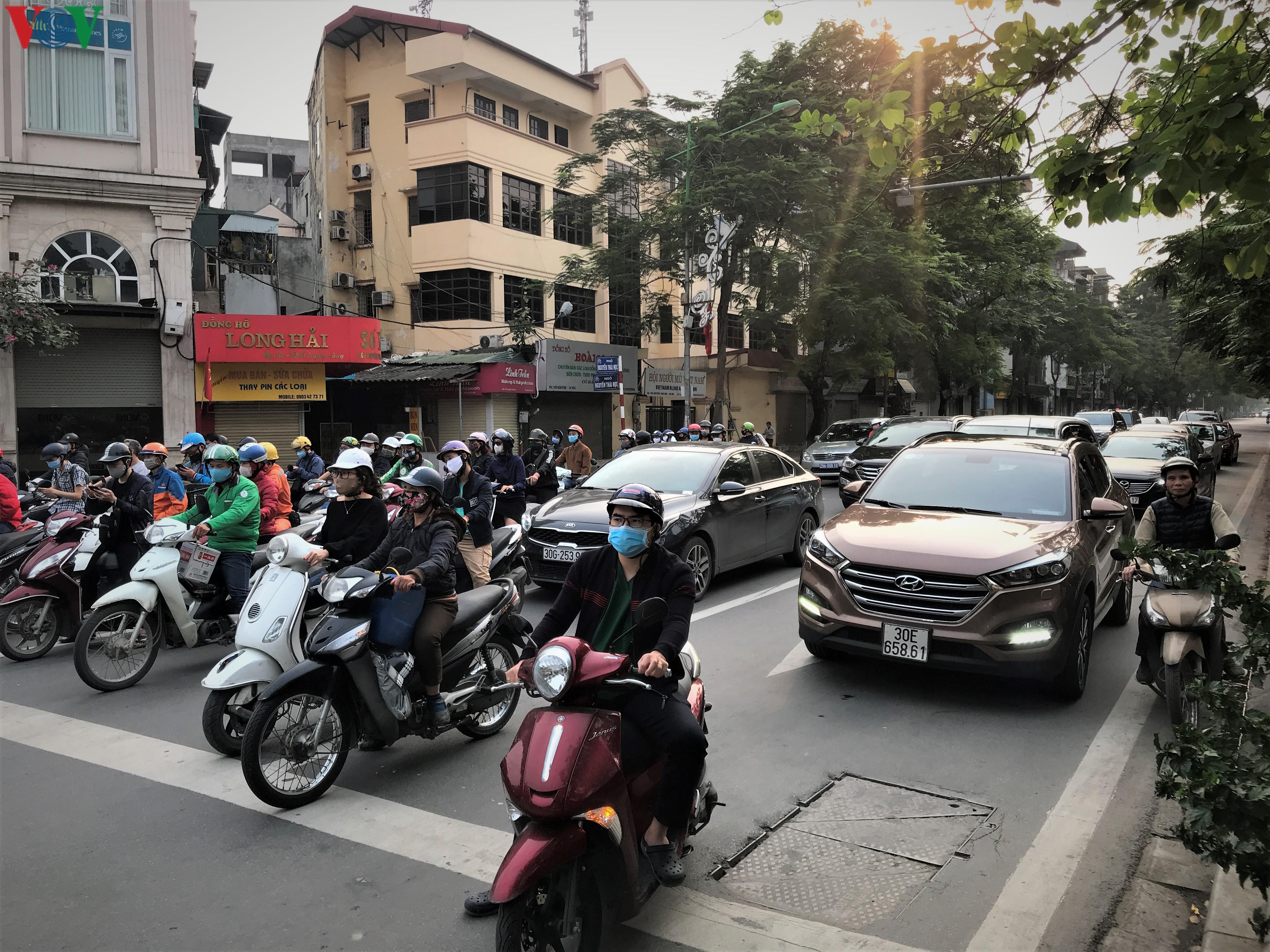 Ngày thứ 9 cách ly xã hội: Người và xe đông chật các ngã tư ở Hà Nội Ảnh 1
