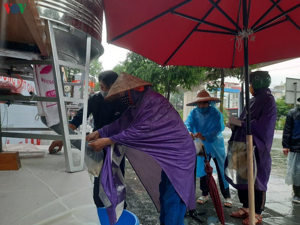 Câu chuyện rớt nước mắt của những người nghèo đội mưa nhận gạo từ thiện Ảnh 1