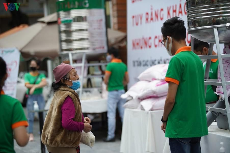 Câu chuyện rớt nước mắt của những người nghèo đội mưa nhận gạo từ thiện Ảnh 3