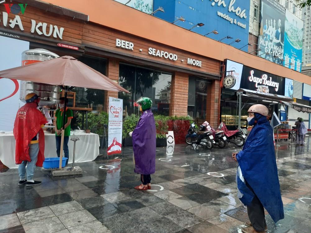 Câu chuyện rớt nước mắt của những người nghèo đội mưa nhận gạo từ thiện Ảnh 2
