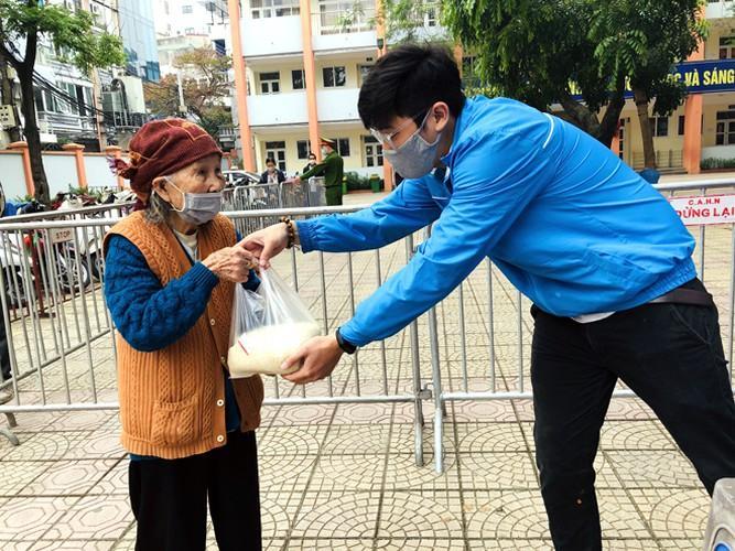 Cây 'ATM gạo' ở Phúc Xá phát tặng miễn phí hàng nghìn suất cho người dân Ảnh 7