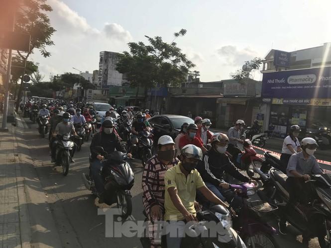 Sài Gòn ngày cuối giãn cách: Đường phố đông đúc, hàng quán vẫn im lìm Ảnh 3