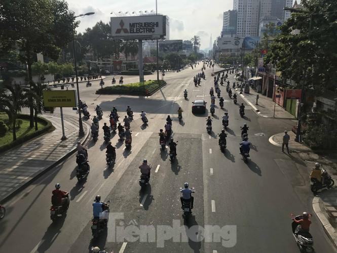 Sài Gòn ngày cuối giãn cách: Đường phố đông đúc, hàng quán vẫn im lìm Ảnh 5