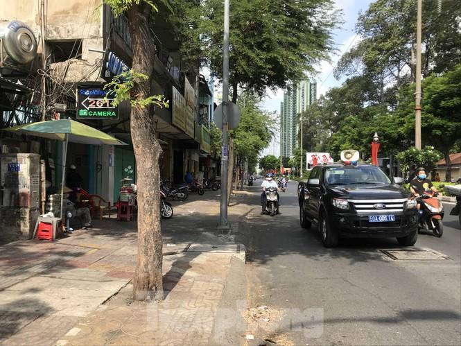 Sài Gòn ngày cuối giãn cách: Đường phố đông đúc, hàng quán vẫn im lìm Ảnh 9