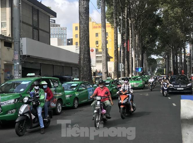 Sài Gòn ngày cuối giãn cách: Đường phố đông đúc, hàng quán vẫn im lìm Ảnh 8