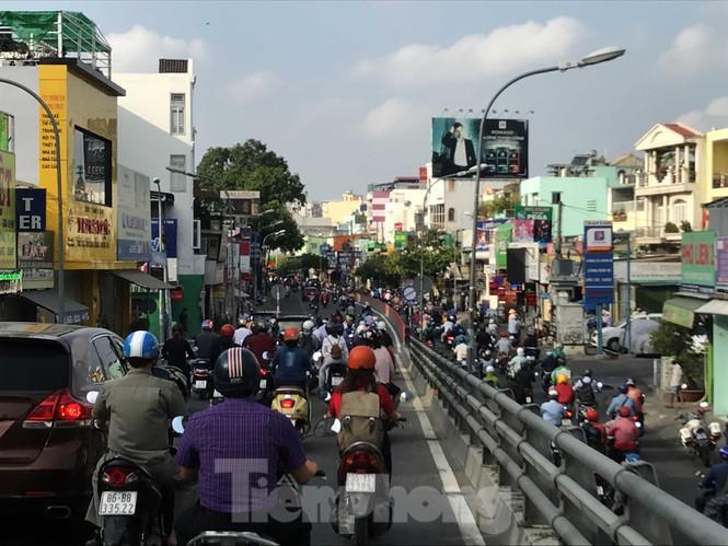 Sài Gòn ngày cuối giãn cách: Đường phố đông đúc, hàng quán vẫn im lìm Ảnh 2