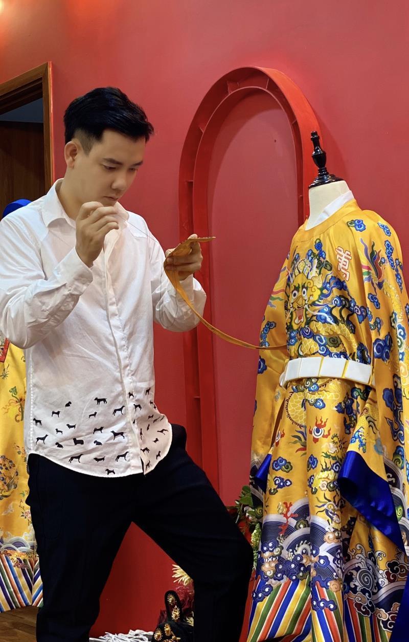 Nhà thiết kế trẻ tài năng mang áo dài mở màn show thời trang trên đất Chùa Vàng Ảnh 2