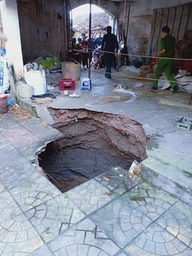 Hà Nội: Hố tử thần 'nuốt chửng' cột bê tông, nhóm người đang làm việc hoảng loạn tháo chạy Ảnh 2