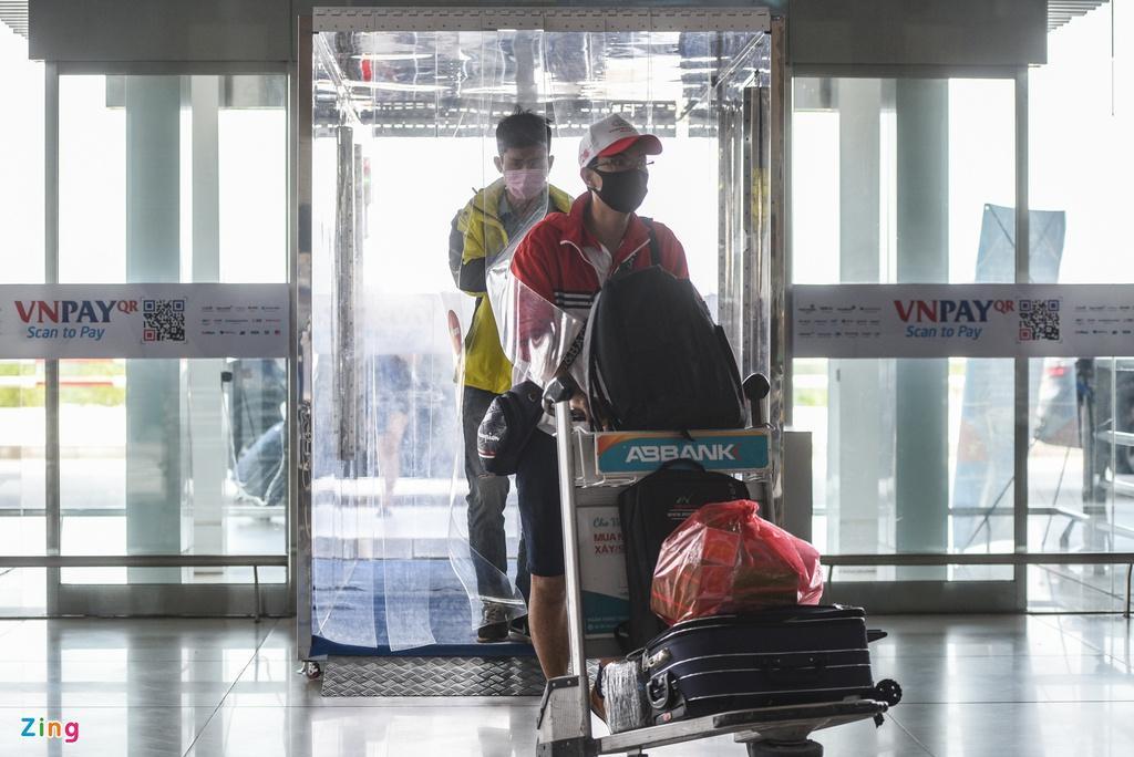 Hành khách xếp hàng dài chờ check-in tại sân bay Nội Bài Ảnh 9