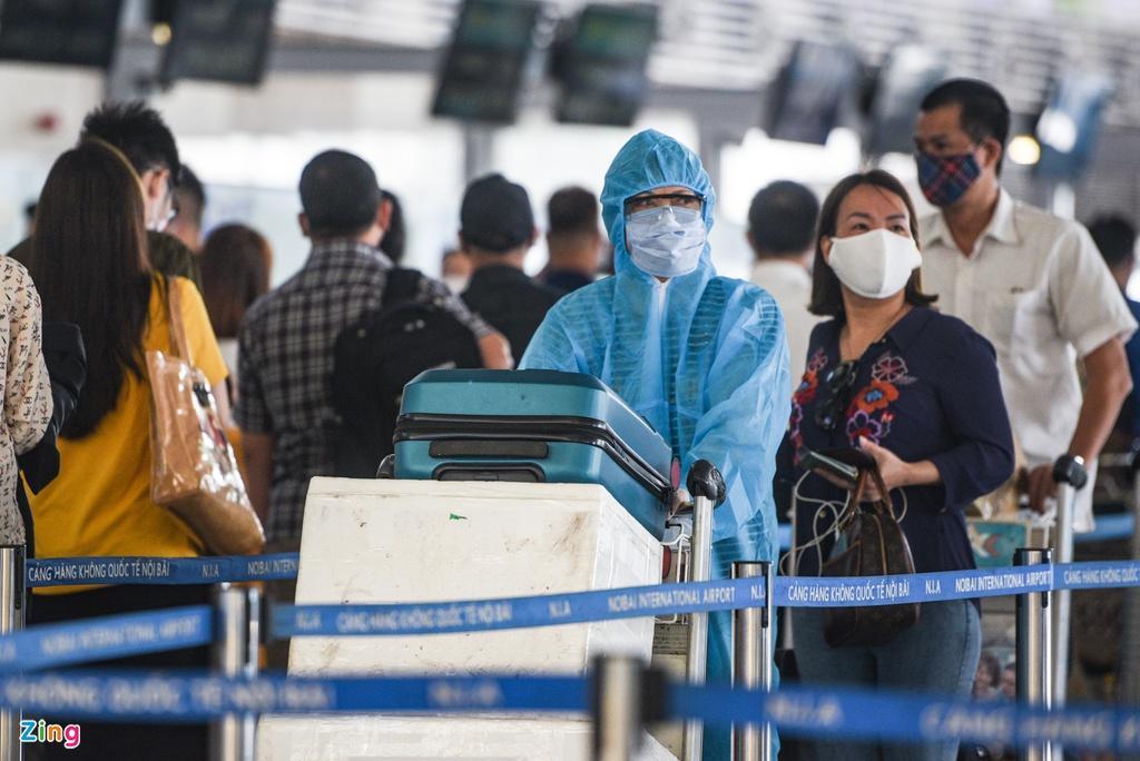 Hành khách xếp hàng dài chờ check-in tại sân bay Nội Bài Ảnh 2