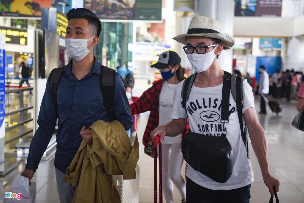 Hành khách xếp hàng dài chờ check-in tại sân bay Nội Bài Ảnh 7