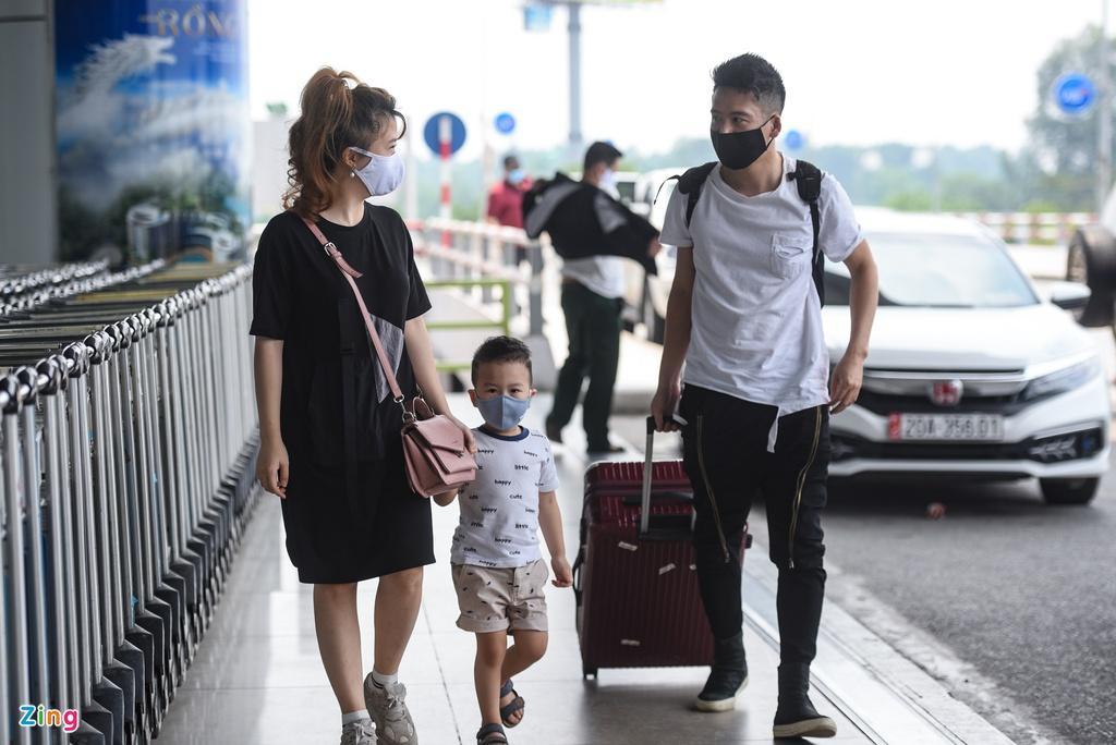 Hành khách xếp hàng dài chờ check-in tại sân bay Nội Bài Ảnh 4
