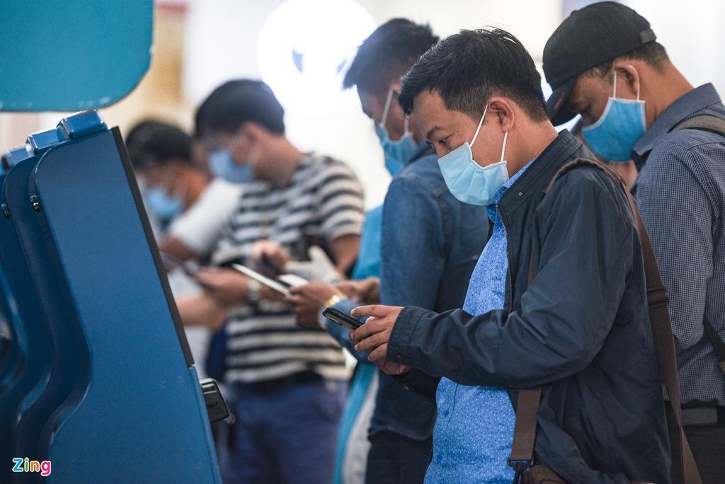 Hành khách xếp hàng dài chờ check-in tại sân bay Nội Bài Ảnh 10