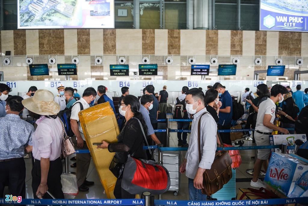 Hành khách xếp hàng dài chờ check-in tại sân bay Nội Bài Ảnh 1