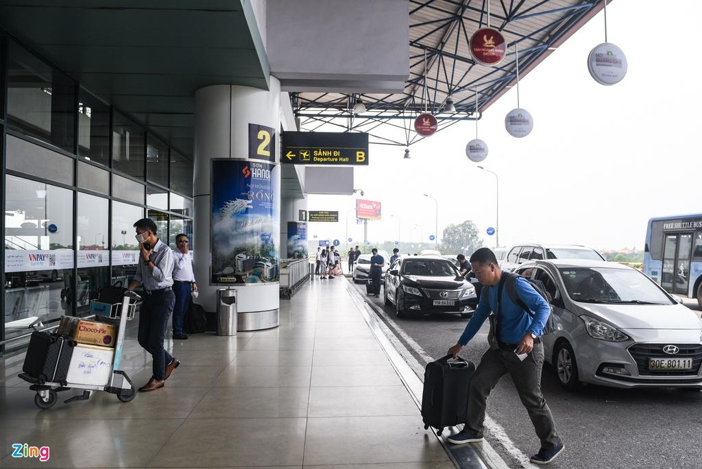 Hành khách xếp hàng dài chờ check-in tại sân bay Nội Bài Ảnh 5