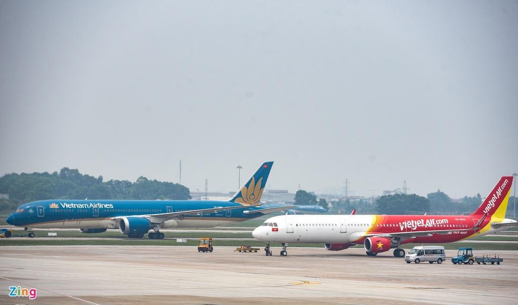 Hành khách xếp hàng dài chờ check-in tại sân bay Nội Bài Ảnh 3