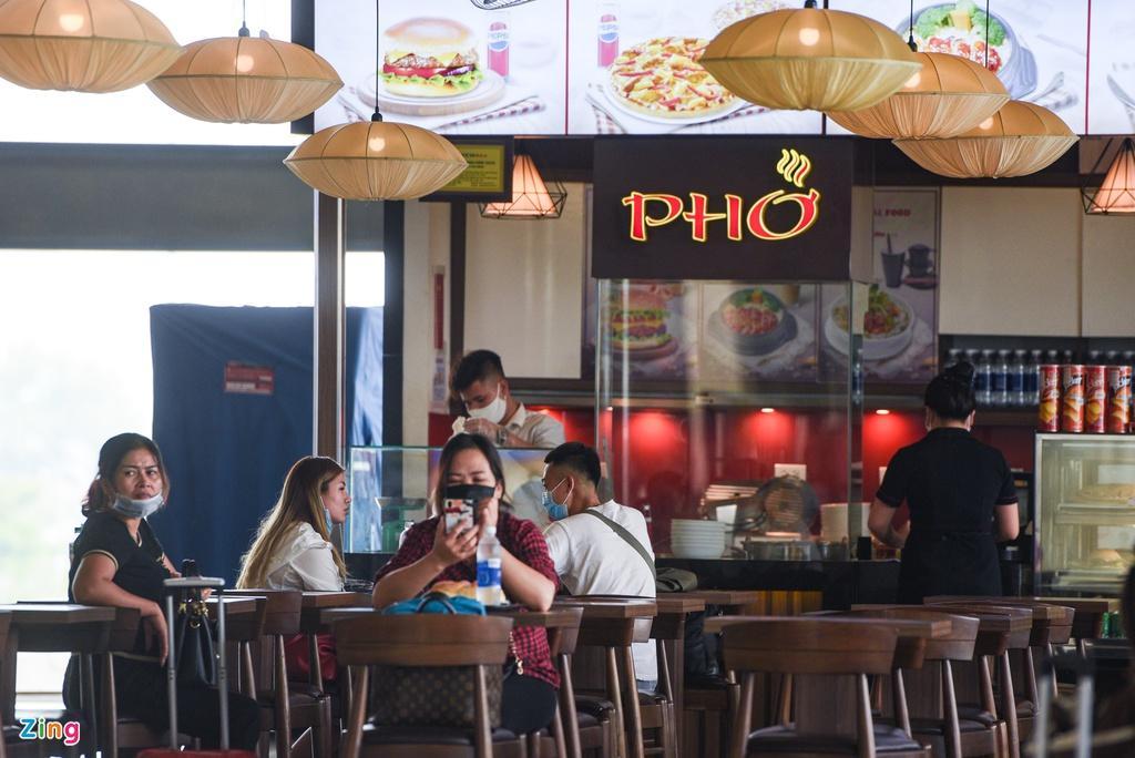 Hành khách xếp hàng dài chờ check-in tại sân bay Nội Bài Ảnh 8