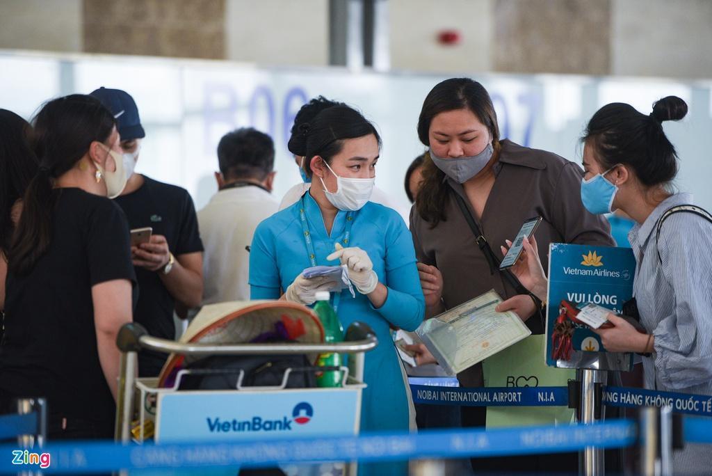 Hành khách xếp hàng dài chờ check-in tại sân bay Nội Bài Ảnh 6