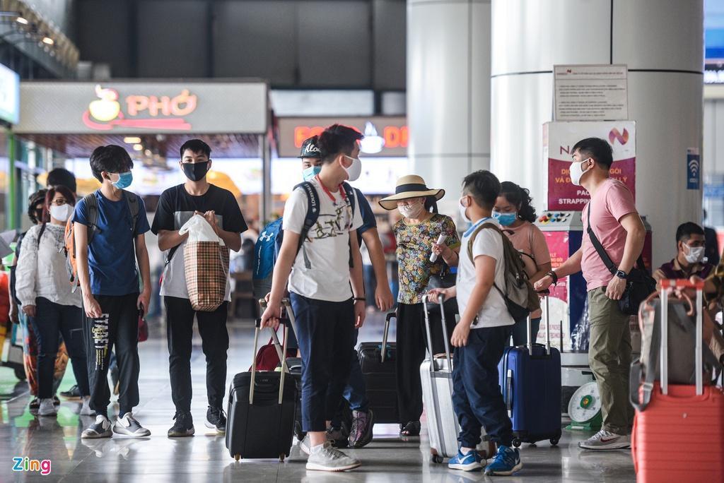 Hành khách xếp hàng dài chờ check-in tại sân bay Nội Bài Ảnh 11
