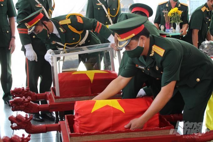 Đón 16 hài cốt liệt sỹ hy sinh tại Lào Ảnh 1