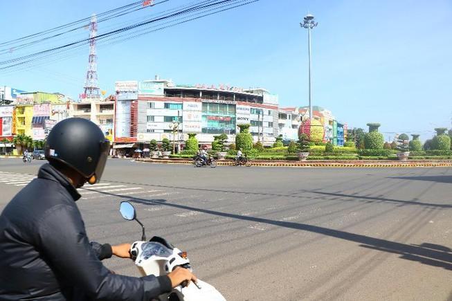 Hàng chục xe biển số xanh tại Bình Phước vượt đèn đỏ Ảnh 1