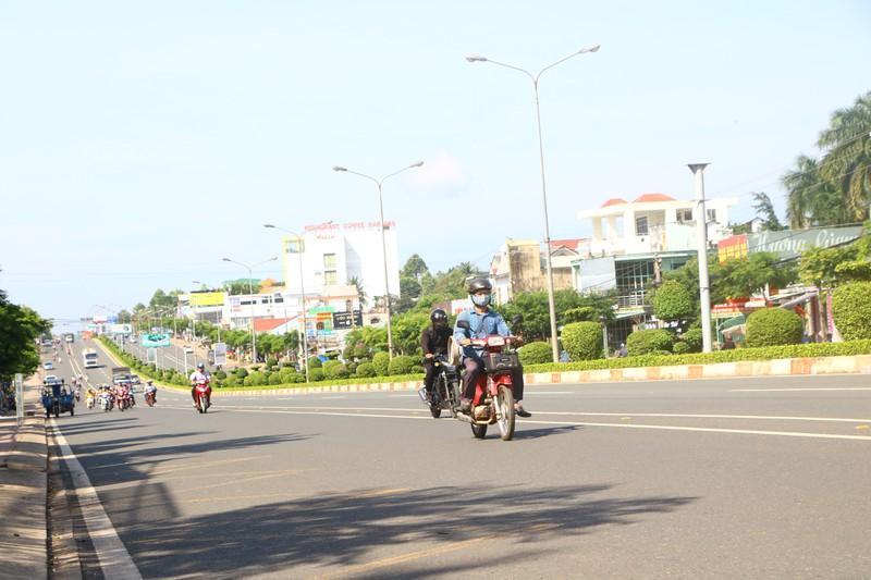 Hàng chục xe biển số xanh tại Bình Phước vượt đèn đỏ Ảnh 2