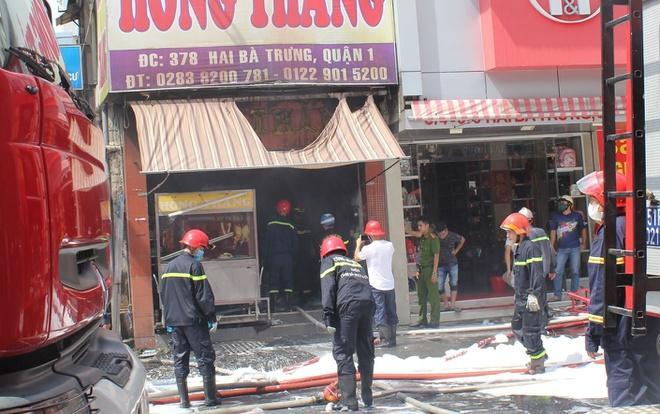 Nhiều người tháo chạy khỏi quán ăn bốc cháy ở quận 1 Ảnh 1