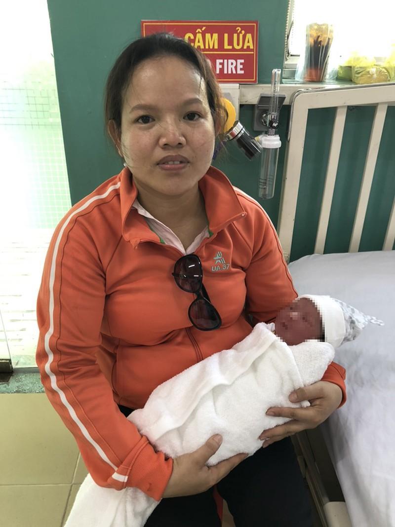 Quận Bình Tân: Bé trai sơ sinh 3 ký bị bỏ rơi trong thùng rác Ảnh 5