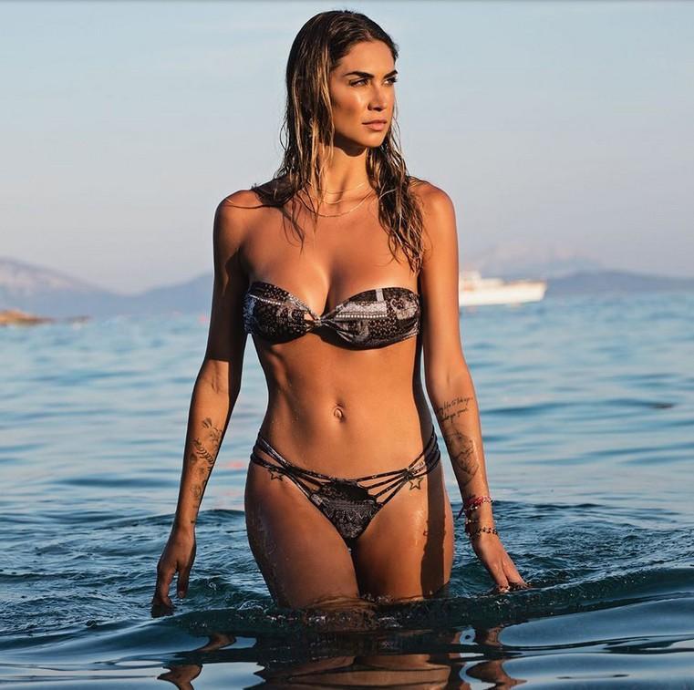 Vẻ đẹp nóng bỏng của siêu mẫu Italy phá sức chồng cầu thủ Ảnh 8