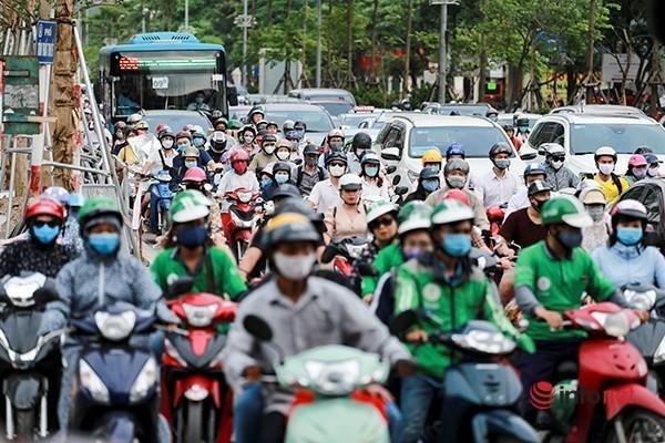 Giao thông tắc nghẽn trong ngày đầu tiên học sinh Hà Nội đi học trở lại Ảnh 2
