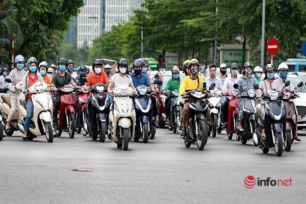 Giao thông tắc nghẽn trong ngày đầu tiên học sinh Hà Nội đi học trở lại Ảnh 7