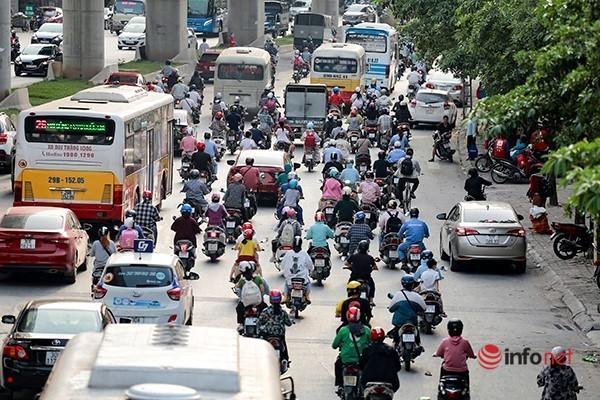 Giao thông tắc nghẽn trong ngày đầu tiên học sinh Hà Nội đi học trở lại Ảnh 4