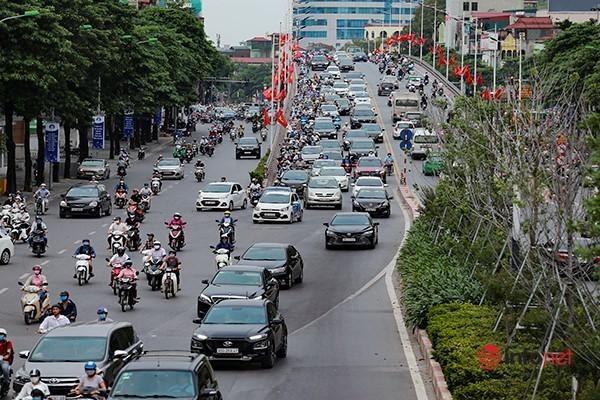 Giao thông tắc nghẽn trong ngày đầu tiên học sinh Hà Nội đi học trở lại Ảnh 9