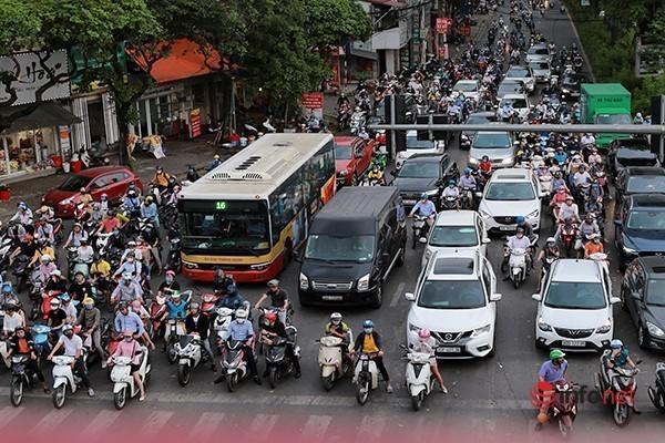 Giao thông tắc nghẽn trong ngày đầu tiên học sinh Hà Nội đi học trở lại Ảnh 11