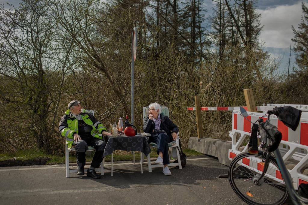 Cuộc tình '2 mét' kỳ lạ giữa biên giới của cặp đôi hơn 80 tuổi Ảnh 1
