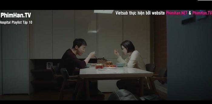 Hospital Playlist tập 10: Thời gian dành cho những câu chuyện tình yêu chớm nở, Jung Won phân vân nên chọn con tim hay là nghe lý trí Ảnh 5