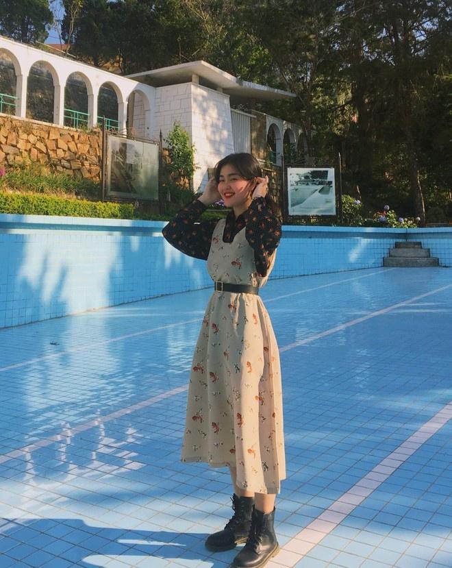 Diện toàn đồ cũ chụp hình, 9X được khen đẹp như diễn viên Hong Kong Ảnh 10