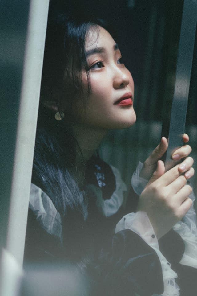 Diện toàn đồ cũ chụp hình, 9X được khen đẹp như diễn viên Hong Kong Ảnh 9