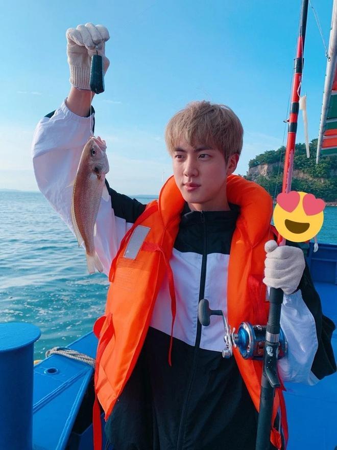 Jungkook đeo đồng hồ 20.000 USD đến trường, Jin mặc áo hiệu đi câu cá Ảnh 5