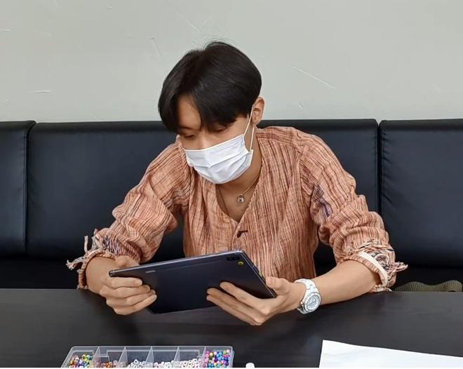 Jungkook đeo đồng hồ 20.000 USD đến trường, Jin mặc áo hiệu đi câu cá Ảnh 2