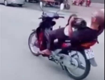 Phạt người đàn ông 8 triệu đồng vì thích 'làm xiếc' trên xe máy Ảnh 1