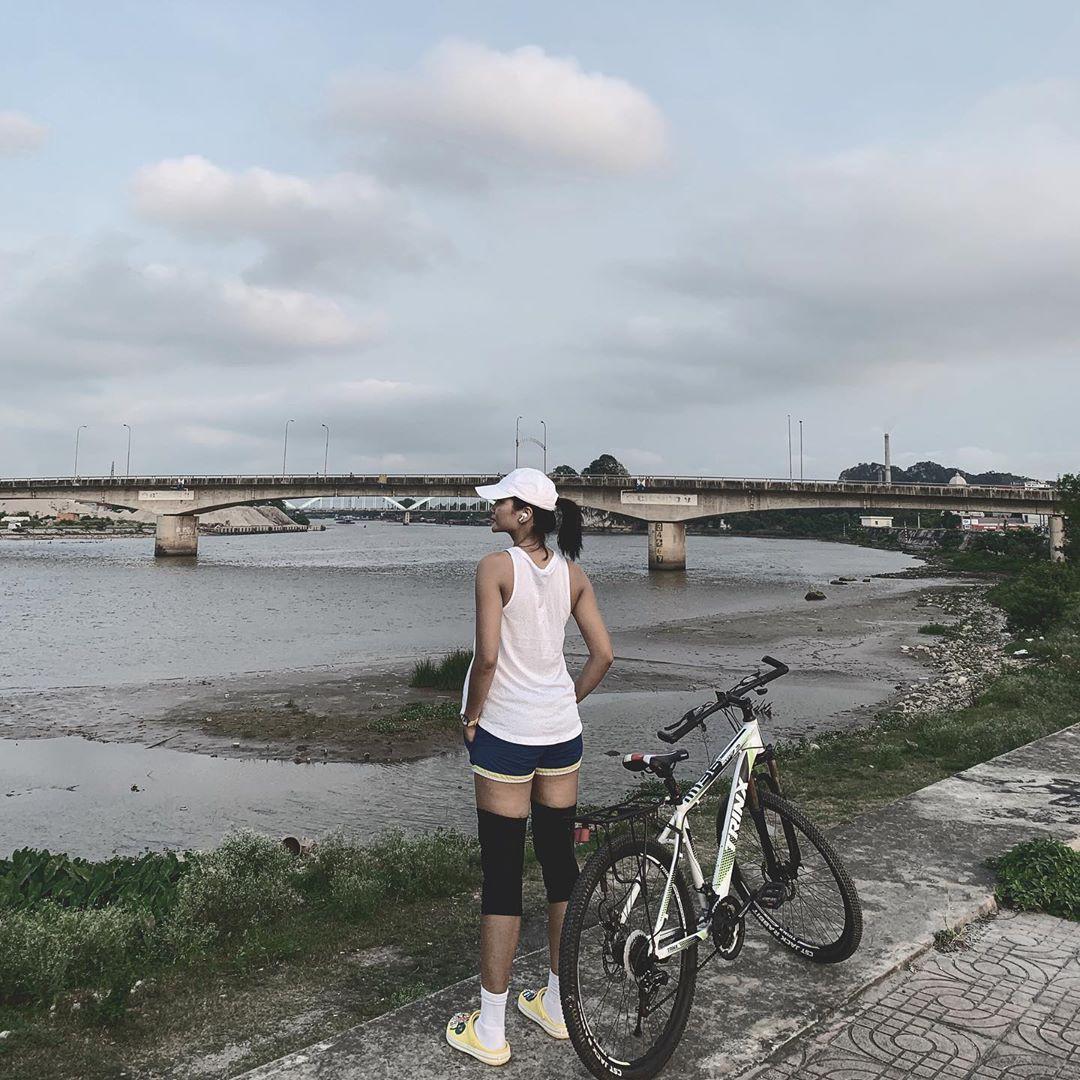 Minh Tú khoe eo 'con kiến' cực sexy, Hoàng Thùy nóng bỏng không kém với bikini họa tiết Ảnh 12