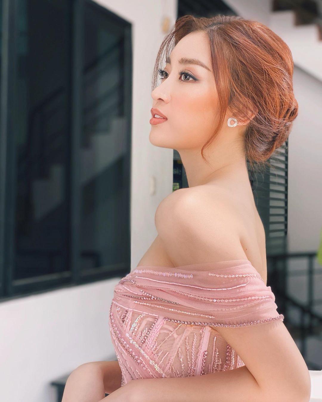 Minh Tú khoe eo 'con kiến' cực sexy, Hoàng Thùy nóng bỏng không kém với bikini họa tiết Ảnh 7