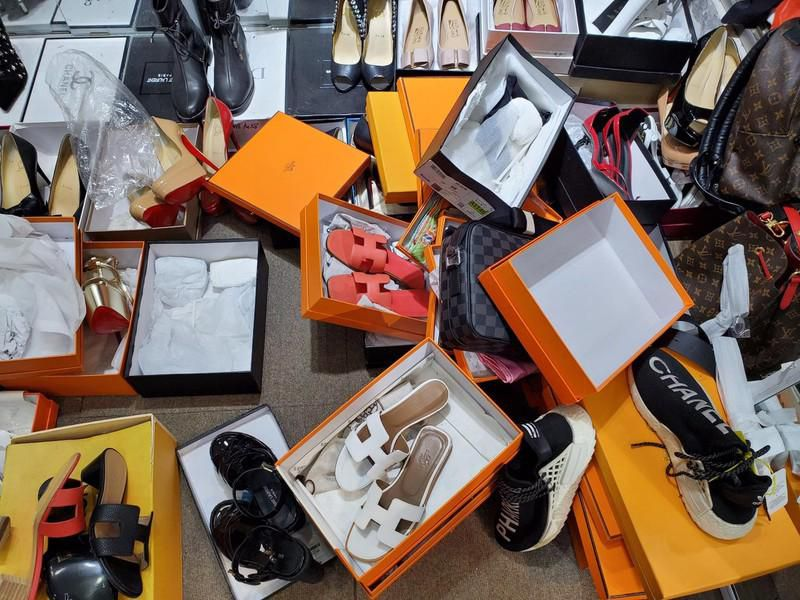 Hà Nội: Tạm giữ hơn 2.000 sản phẩm nghi nhái nhãn hiệu nổi tiếng Ảnh 7