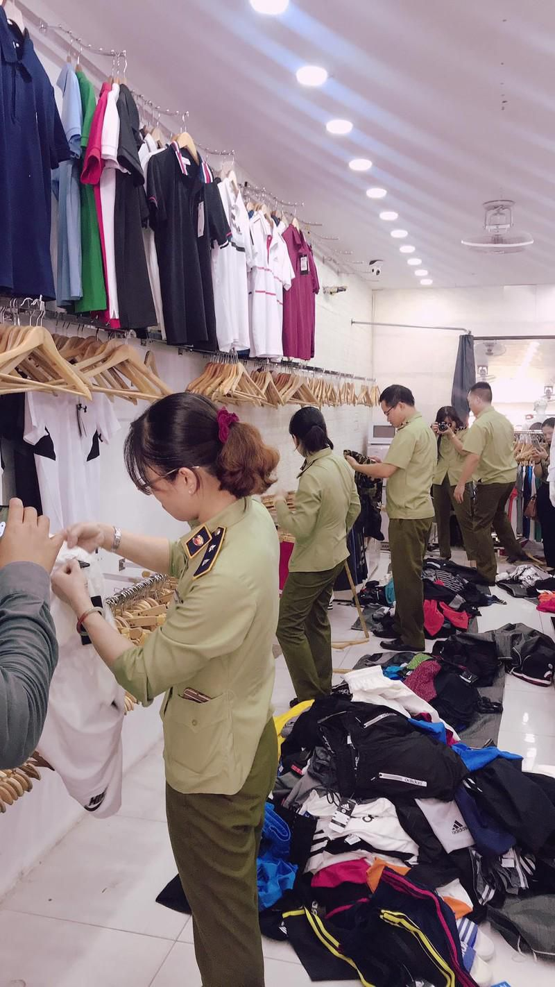 Hà Nội: Tạm giữ hơn 2.000 sản phẩm nghi nhái nhãn hiệu nổi tiếng Ảnh 1