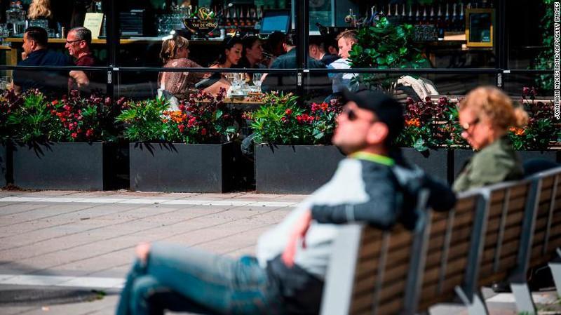 Thấy gì từ chiến lược xây 'miễn dịch cộng đồng' của Thụy Điển? Ảnh 2