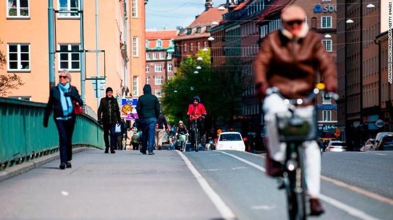 Thấy gì từ chiến lược xây 'miễn dịch cộng đồng' của Thụy Điển? Ảnh 3