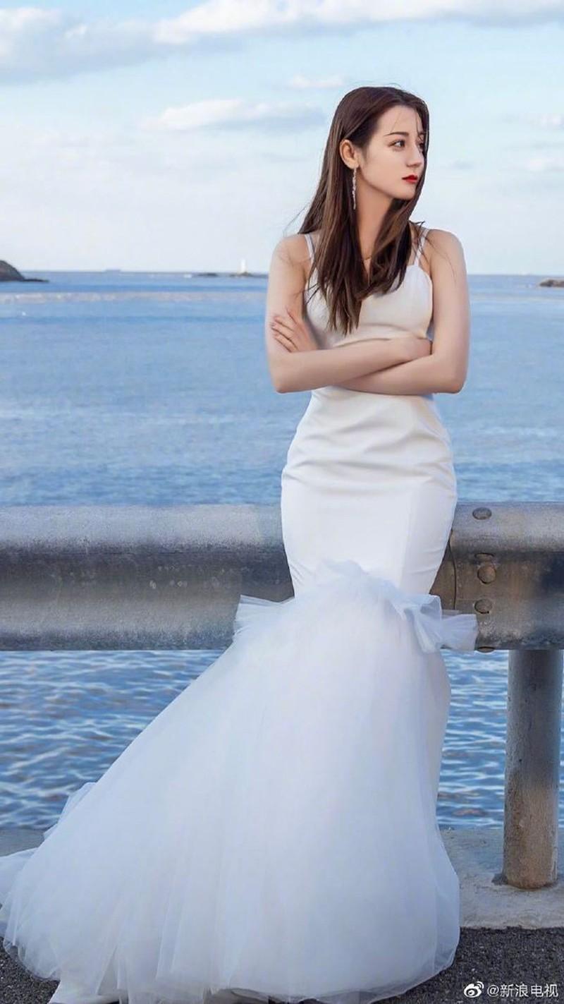 Địch Lệ Nhiệt Ba đẹp nao lòng trong tạo hình cô dâu Ảnh 1